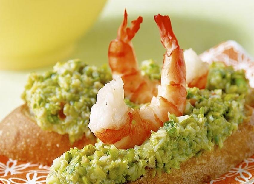 Bruschette au guacamole d'asperges vertes et crevettes tigrées