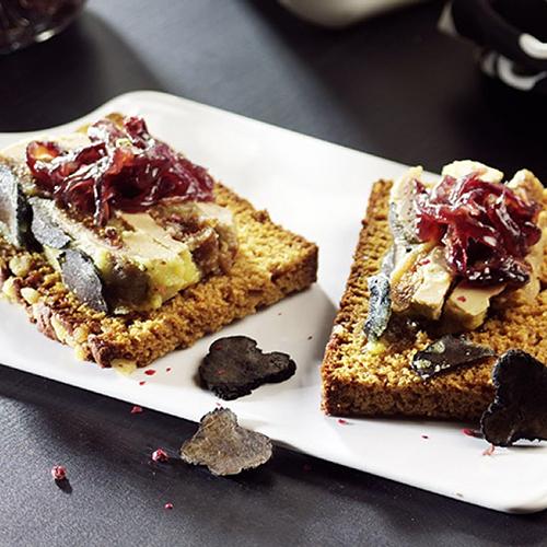 Foie gras, truffes et confiture d'oignons sur pain d'épices
