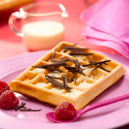 Gaufres saveur framboise, crème au chocolat blanc et copaux de chocolat noir