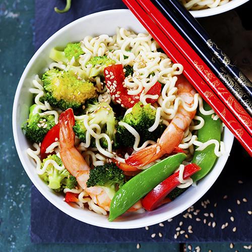 Poêlée de nouilles chinoises aux crevettes et légumes croquants