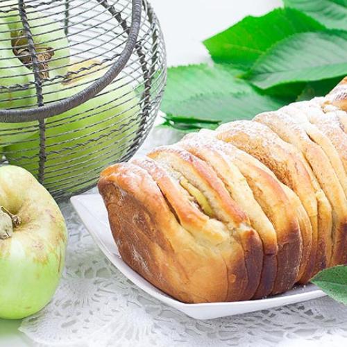 Chlebek drożdżowy z jabłkami i cynamonem