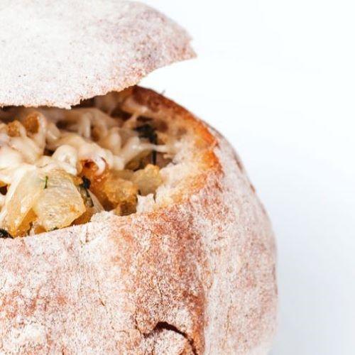 Pão recheado com emmental, cebola e ervas